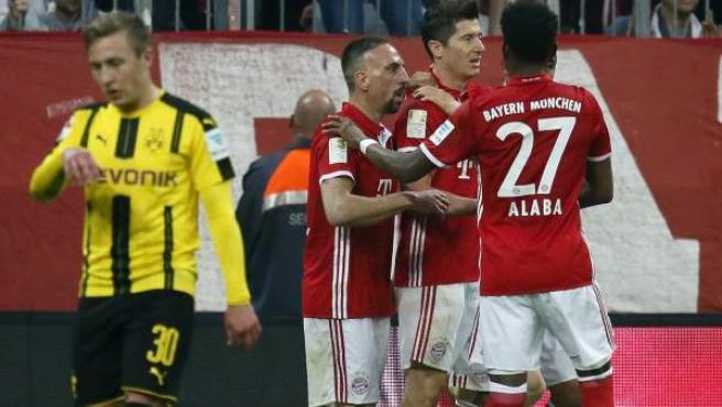 Los jugadores del Bayern de Múnich celebran uno de sus cuatro goles ante el Borussia Dortmund.