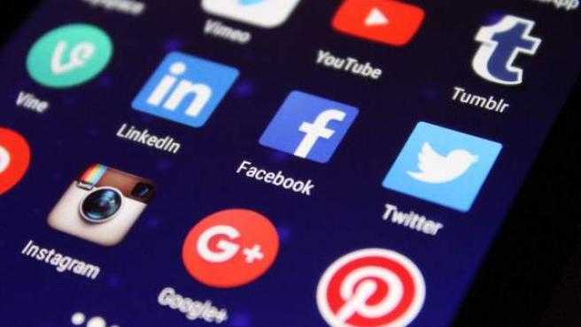 Iconos de las principales redes sociales en la pantalla de un teléfono móvil.