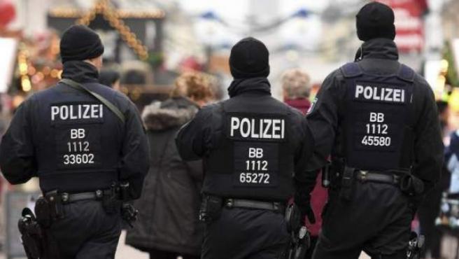 Varios agentes de la Policía alemana patrullando las calles de una ciudad, en una imagen de archivo.
