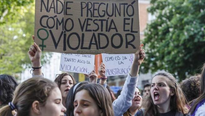 <p>Mujeres jóvenes en una manifestación contra la violencia sexual.</p>