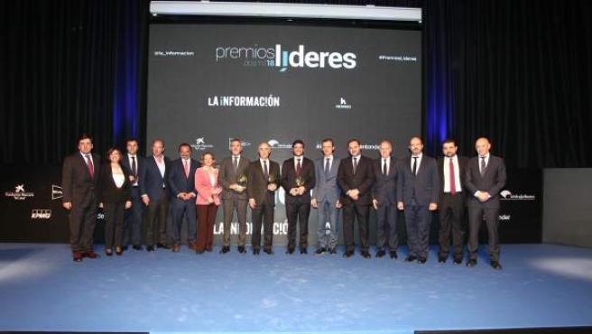 Los premiados junto con Fernando de Yarza, presidente de Henneo, y los ministros José Luis Ábalos, Nadia Calviño y Pedro Duque.