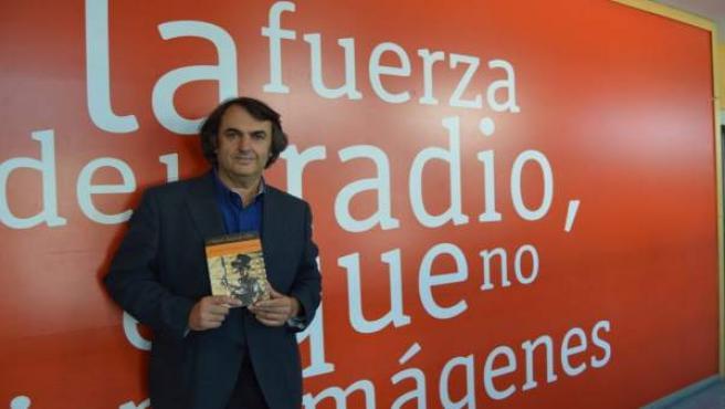 Miguel Ángel de Rus posa con su libro