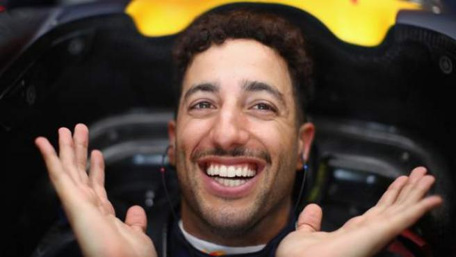 Daniel Ricciardo sonríe en el cockpit de su Red Bull.