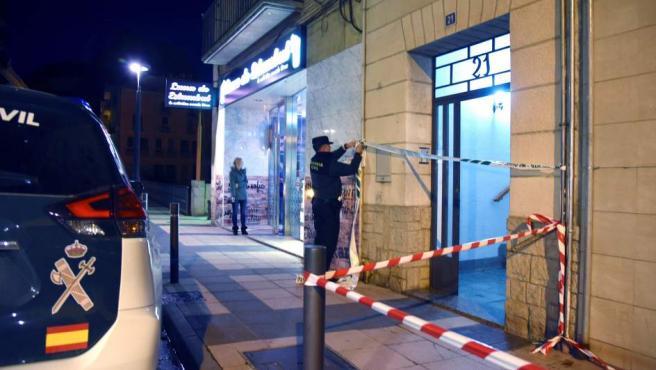 Efectivos de la Guardia Civil precintan la entrada del inmueble donde ha ocurrido un caso de violencia machista en Monzón, Huesca.