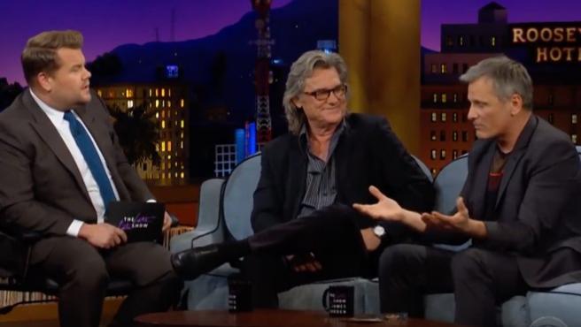 "Viggo Mortensen explica el ""Tió de Nadal"" catalán en The Late Late Show"