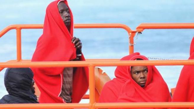 Inmigrantes de origen subsahariano rescatados cuando intentaban alcanzar las costas españolas.