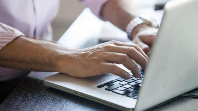 Un usuario se conecta a través de un portátil.