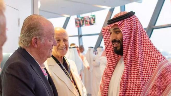 El rey Juan Carlos y el príncipe heredero de Arabía Saudí, Mohamed bin Salman-