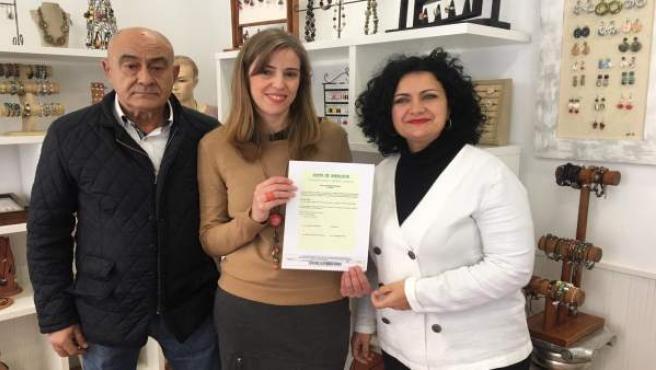 Entrega de la carta de artesana a Lucía Jiménez