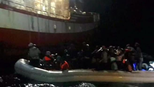 Imagen del desembarco de migrantes en un pesquero de Santa Pola, frente a las costas de Libia.
