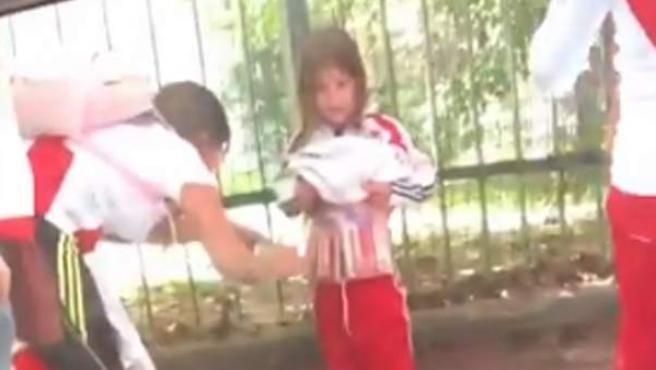 La mujer adhiere bengalas al cuerpo de la niña antes del River - Boca