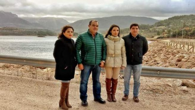 Mónica Moreno (2d) en su visita a la presa de Siles.