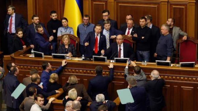 Parlamentarios ucranianos discuten durante la sesión extraordinaria celebrada en el Parlamento en Kiev (Ucrania).