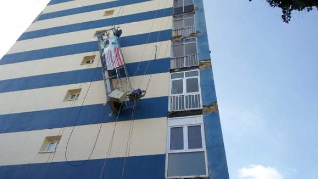 Rescate de dos trabajadores que trabajan en un andamio
