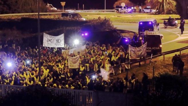 La protesta de los taxistas en la entrada de RTVE en Sevilla.