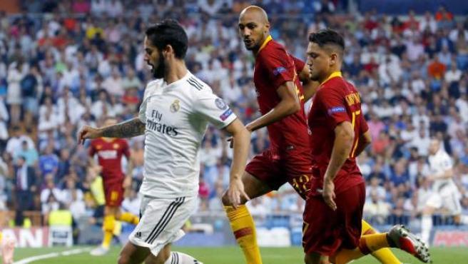 Isco protege el balón ante Under y N'Zonzi en el Real Madrid - Roma.