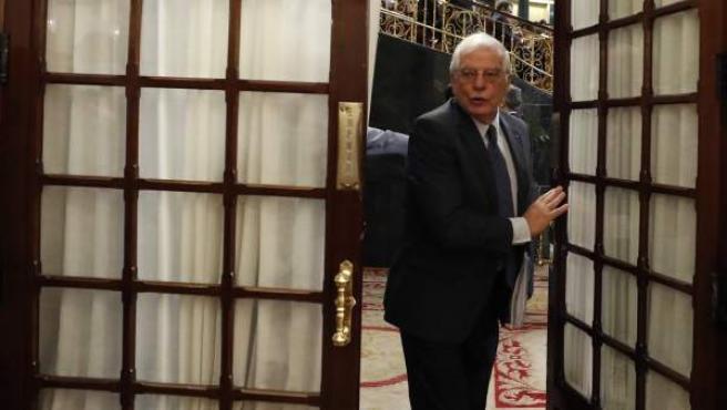 El ministro de Asuntos Exteriores, Josep Borrell, abandona el hemiciclo del Congreso.