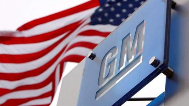 La bandera estadounidense, en la sede mundial de General Motors (GM) en Detroit, EE UU.