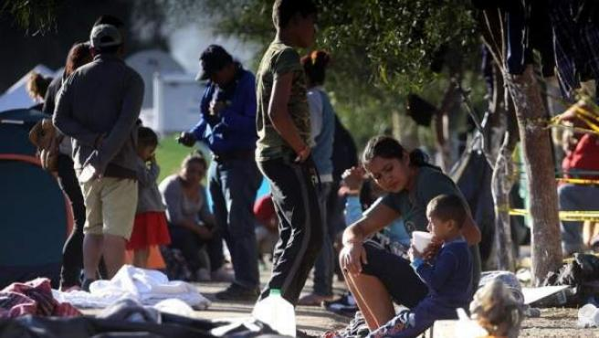 Integrantes de la caravana centroamericana de inmigrantes, en un albergue de Tijuana (México), junto a la frontera de EE UU.