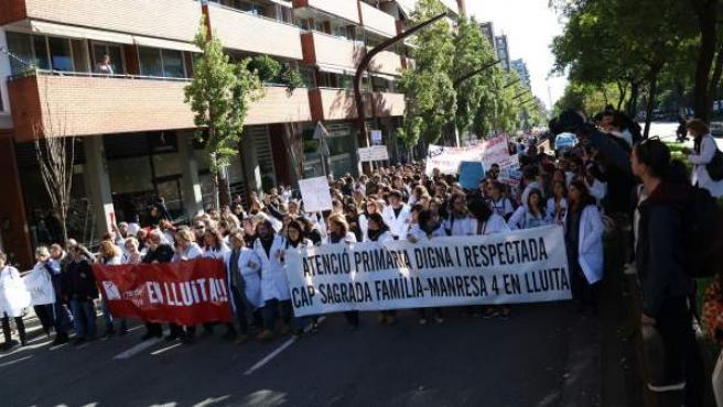 Los médicos, este martes, cortando la circulación en el segundo día de huelga.