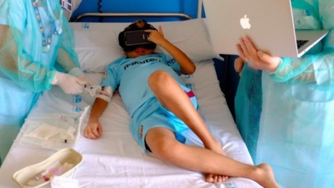 Imagen de los niños trasplantados probando gafas de realidad virtual.