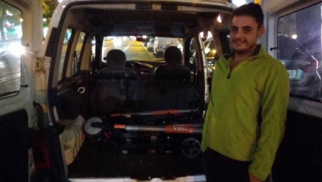El recargador de patinetes eléctricos Carlos Medina, con varios de los patinetes recogidos con su furgoneta.