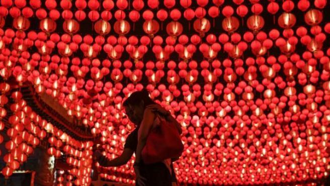 Una pareja se toma un selfie con los adornos y farolillos por el Año Nuevo chino en un templo de Kuala Lumpur (Malasia).