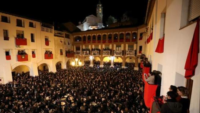 Inicio de la tradicional rompida de la hora en Hijar (Teruel), donde del silencio se pasa al poderoso estruendo de tambores y bombos, sonando sin descanso por todos y cada uno de los rincones de las calles.