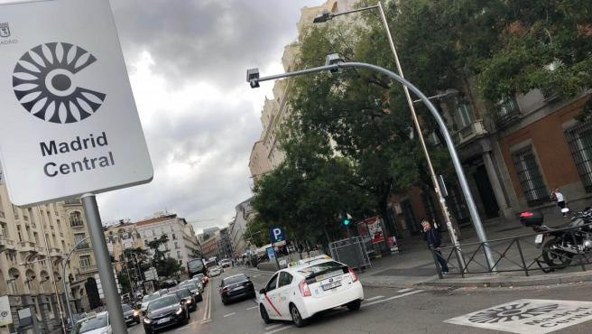 Imagen de la señalítica vertical instalada para informar a los conductores de los accesos a Madrid Central.