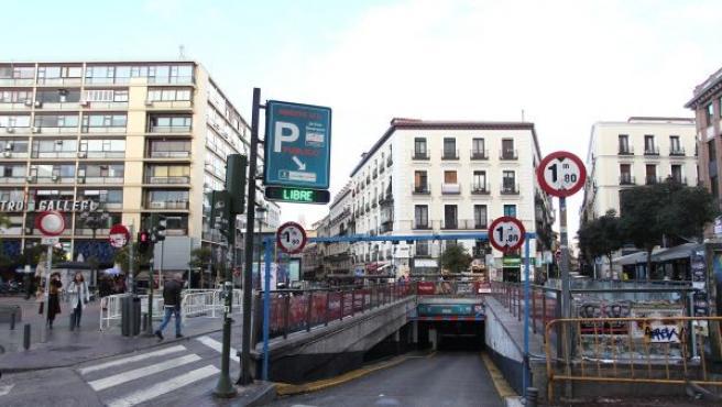 Acceso al aparcamiento de Jacinto Benavente en Madrid Central.