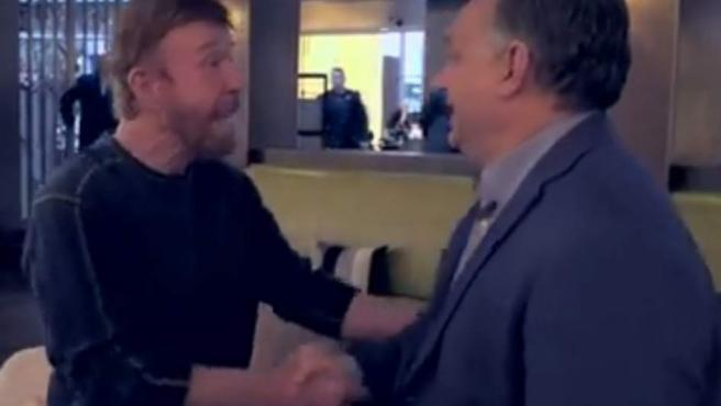 Chuck Norris y Viktor Orbán, en el vídeo de Facebook.