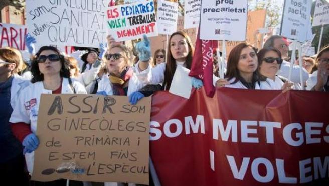 Médicos de atención primaria se concentran ante el Parlament, en Barcelona, durante la huelga para exigir mejoras asistenciales y laborales en el sistema de salud.
