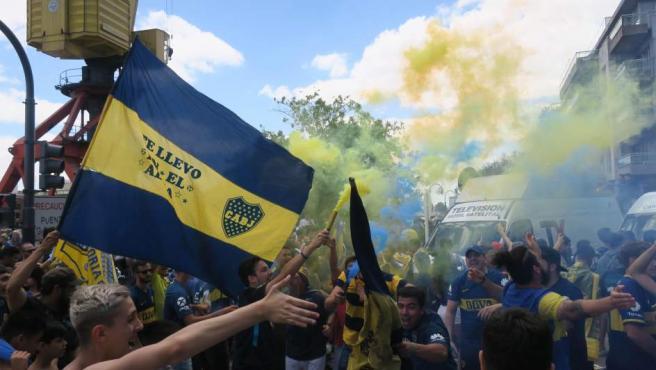 Seguidores de Boca Juniors animan antes del partido de la final de la Copa Libertadores, afuera del hotel donde se concentra el equipo en Buenos Aires (Argentina).