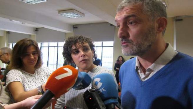 Urralburu y Nagua Alba de Podemos atendiendo a los medios