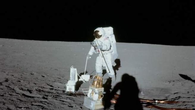 Uno de los astronautas del Apolo 12 camina sobre la superficie de la Luna.