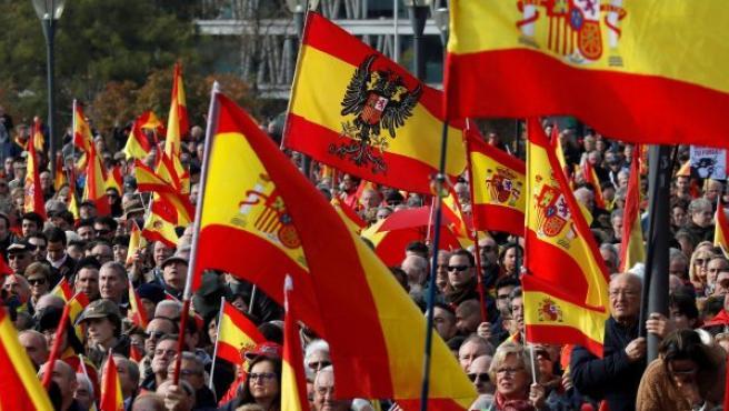 """La multitud ha reclamado la unidad de España mediante consignas como """"Viva España unida""""."""