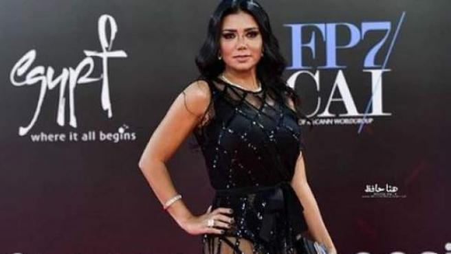 La actriz egipcia Rania Youssef y el vestido que la lleva ante los tribunales.
