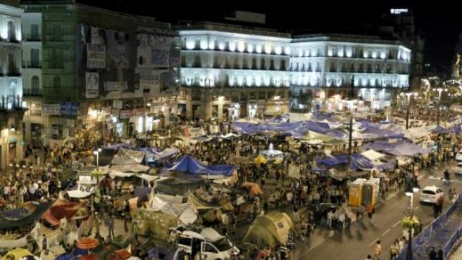 Participantes en las concentraciones del Movimiento 15-M acampados en la Puerta del Sol, en Madrid.