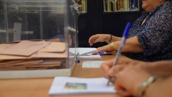 Una mesa electoral durante una votación.