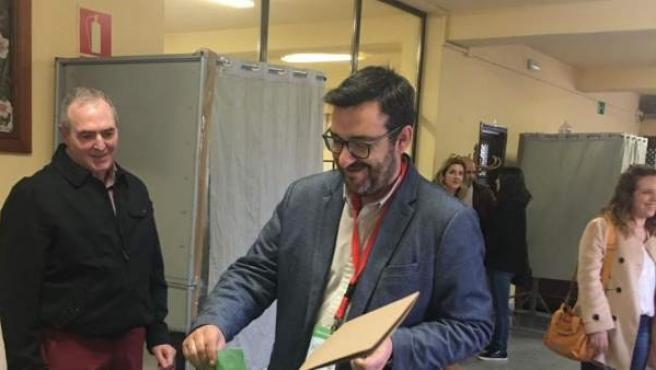 Guzmán Ahumada (Adelante Andalucía) vota en las elecciones andaluzas 2018.