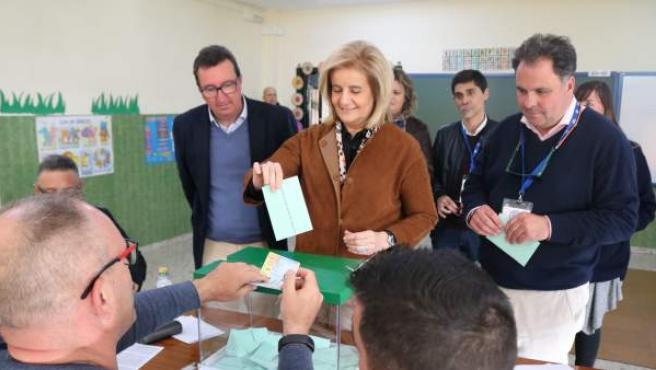 La exministra Fátima Báñez vota en las elecciones andaluzas.