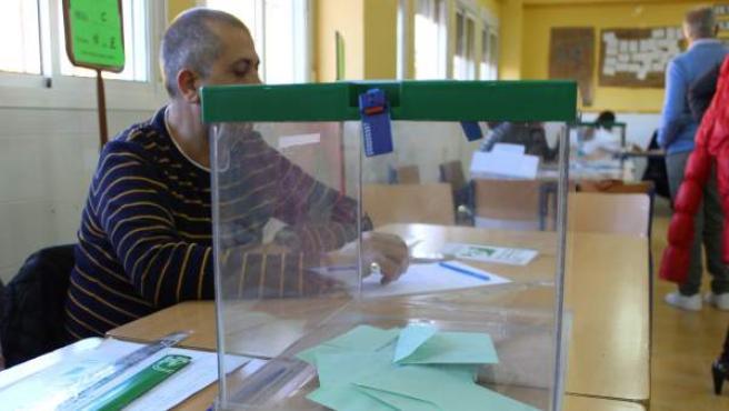 Urna para las elecciones al Parlamento de Andalucía.