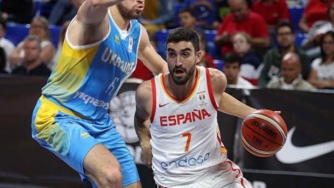Jaime Fernández lleva el balón en el España-Ucrania clasificatorio para el Mundial de China.