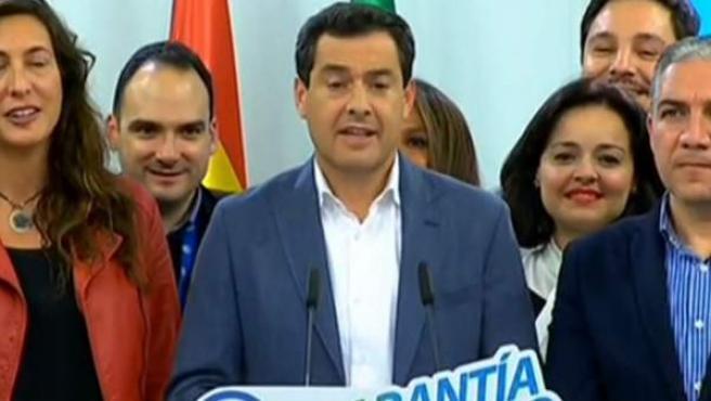 Juanma Moreno, candidato del PP a la Junta de Andalucía, en rueda de prensa en la noche electoral.