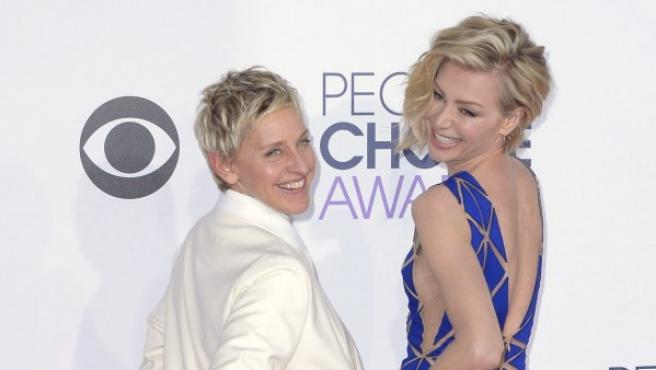 Ellen DeGeneres (izq) y su mujer, la actriz Portia de Rossi, posan a su llegada a los People's Choice Awards en Los Ángeles.