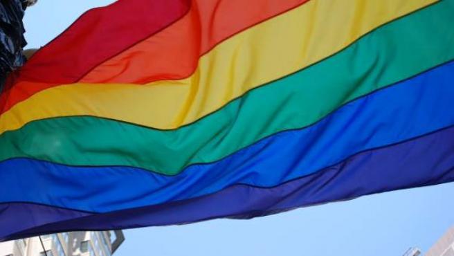 Una bandera con los colores del arcoíris, símbolo LGTB.