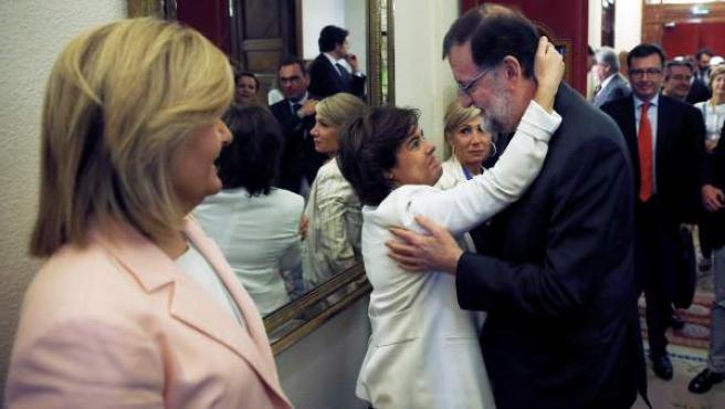 Mariano Rajoy, abrazado a Soraya Sáez de Santamaría en el pasillo del Congreso tras ser investido presidente el socialista Pedro Sánchez.