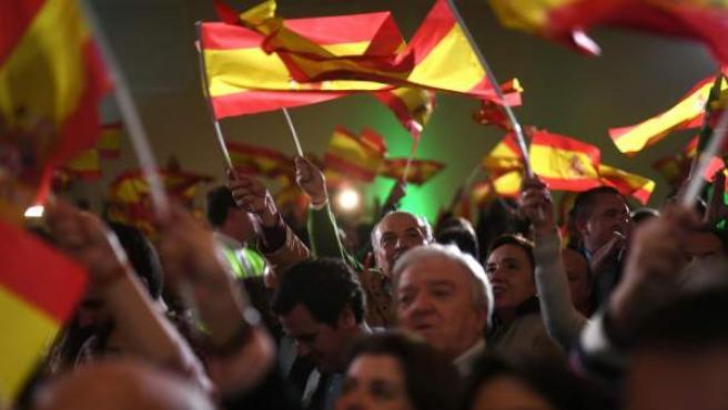 Militantes y simpatizantes de Vox celebran los resultados en las elecciones andaluzas del 2 de diciembre de 2018.