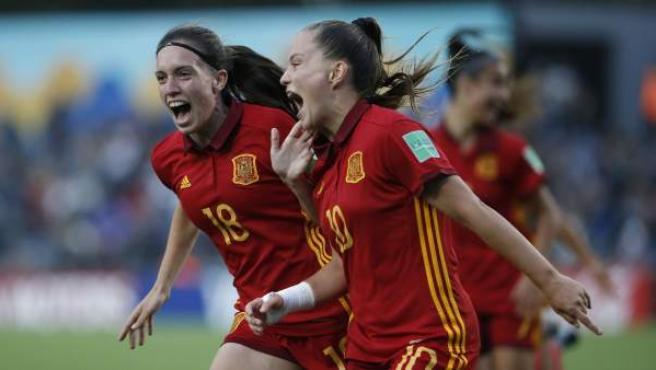 Claudia Pina y Eva Navarro celebran un gol en la final del Mundial sub17 entre España y México.