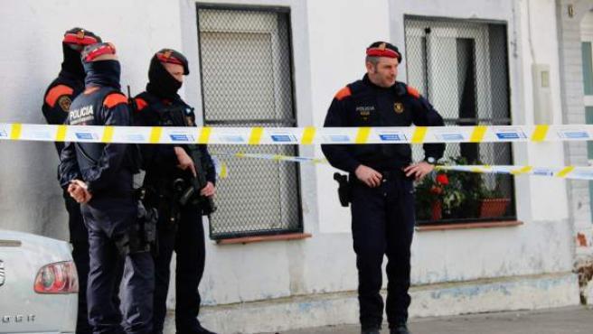 Mossos en la calle donde se ha producido el tiroteo.